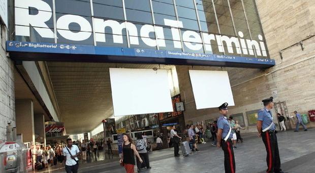 Roma, africano senza biglietto aggredisce agenti a Termini: in tasca un coltello di 23cm
