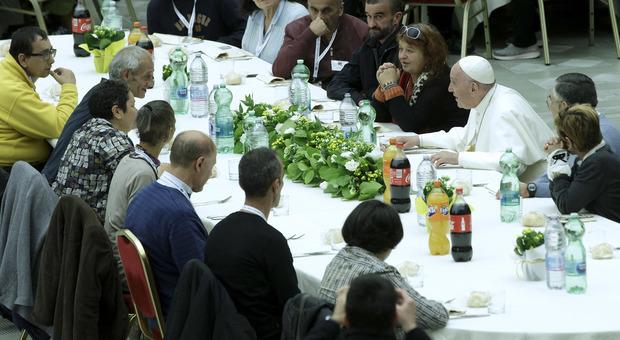 Il Papa a pranzo con i poveri