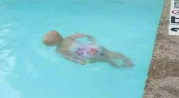 Bimba di cinque anni cade in piscina, operaio la salva con un massaggio cardiaco