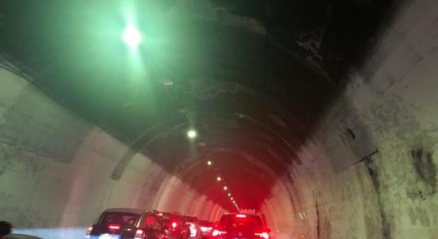 A14, l'auto tampona e si ribalta: terrore in galleria