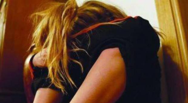 Mamma vende le figliolette all'avvocato 70enne per farle abusare: voleva una casa per lasciare il campo nomadi