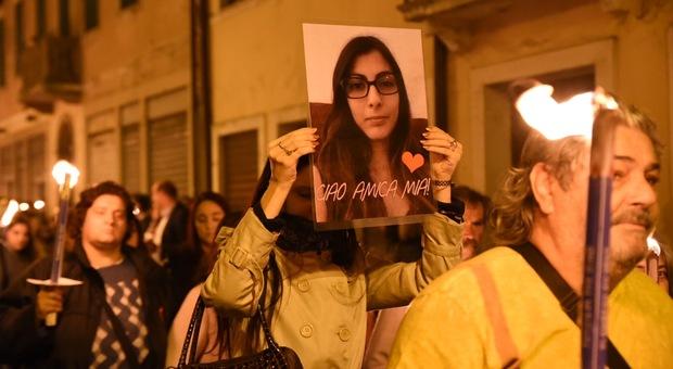 La fiaccolata in ricordo di Giulia Lazzari dopo  il femminicidio