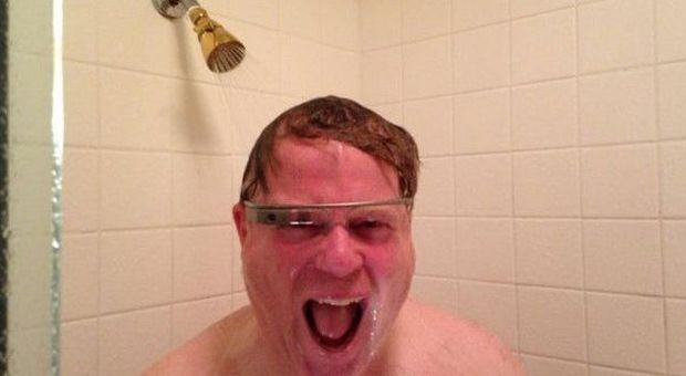 La blogstar Robert Scoble con Google Glass sotto la doccia