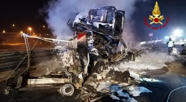 Incidente in A4, cisterna travolge autocarro ed esplode: un morto e un ferito