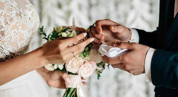 Covid al matrimonio con 200 invitati, scoppia focolaio nel Napoletano: scuole chiuse e Comune 'blindato'