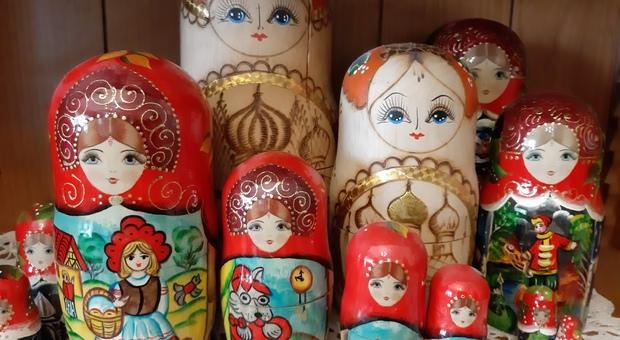 Tipiche matrioske artigianali in vendita a Tallinn