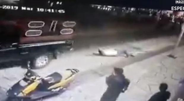 Sindaco legato e trascinato  con un pick-up: non aveva fatto riparare una strada