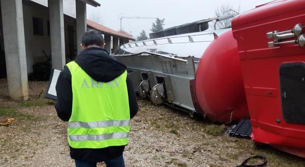 Incidente stradale a Nervesa. Autobotte si ribalta: il vino finisce nel canale