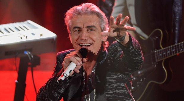 Ligabue, entrata da re a Sanremo: omaggio a Freddie Mercury e Guccini