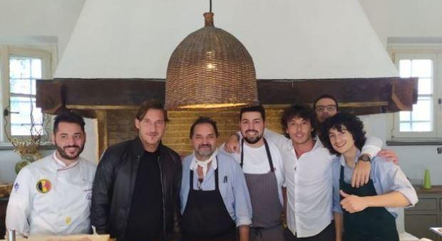 Totti e Zauri a spasso nel centro di Pescara: pioggia di selfie
