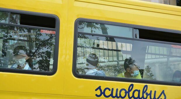 Lunghe attese per gli alunni: gli scuolabus finiscono nella bufera