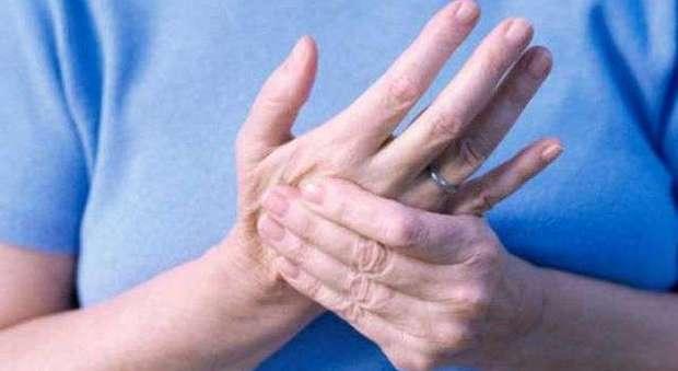 Formicolio a mani e piedi, ecco perché succede: nei casi più gravi si può morire