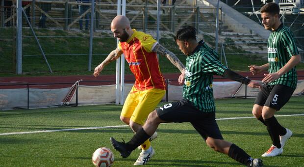 L'attaccante Manuel Pera in azione durante una partita della Recanatese