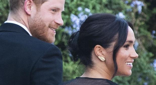 Meghan e Harry a Roma al matrimonio di Misha Nonoo: abito nero lungo e velato per lei, frac per lui