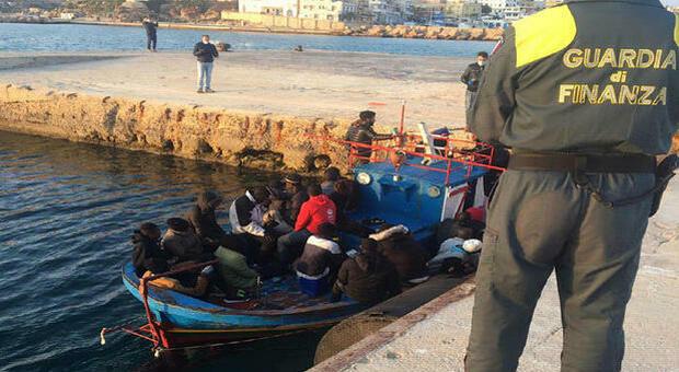 Migranti, il sindaco di Lampedusa: «Dichiaro lo stato di emergenza, hotspot al collasso»