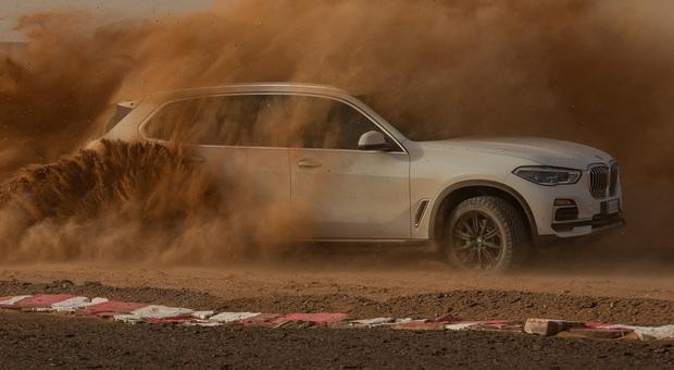 BMW X5 sfida il deserto del Sahara tra le curve iconiche di Monza tracciate nella sabbia del Marocco