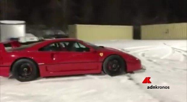 Drifting sulle neve con una Ferrari F40