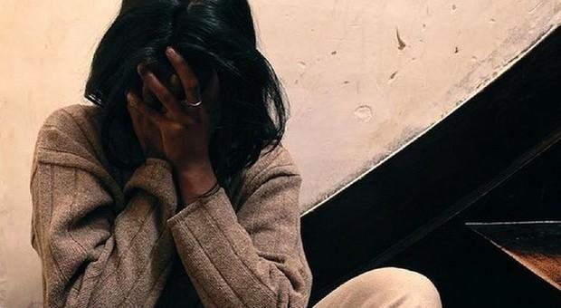 Stupro di gruppo, arrestato il marito della vittima: «Violenze sulla donna e sul figlio»