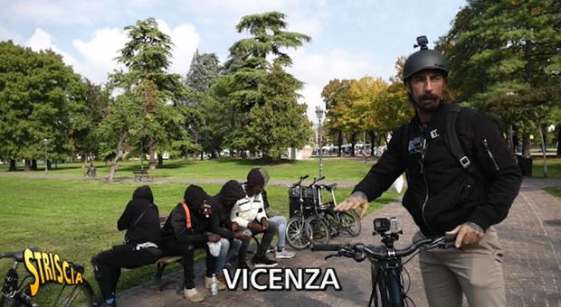 Brumotti, nuova aggressione in strada: pusher e cittadini contro l'inviato di Striscia