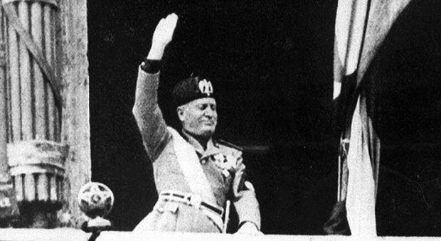 Benito Mussolini, oggi messa e necrologi per l'anniversario della morte: «I defunti tutti degni di rispetto»