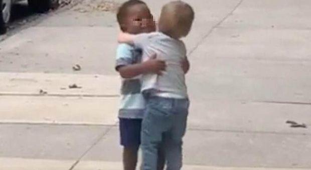 L'abbraccio dei due amichetti oltre i pregiudizi: il tenero video commuove il web