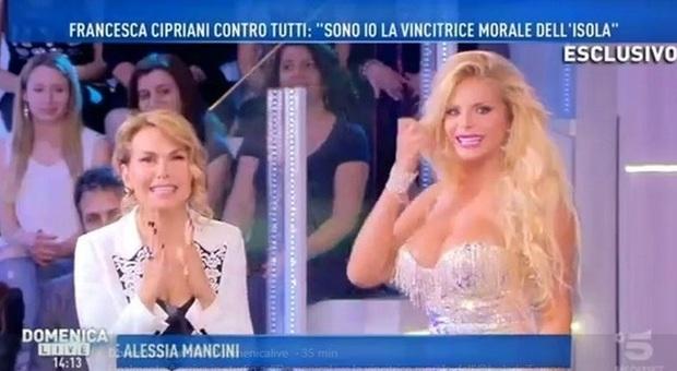 Francesca Cipriani a Domenica Live: «Hanno tolto la pensione di invalidità a mia madre perché è venuta in tv»