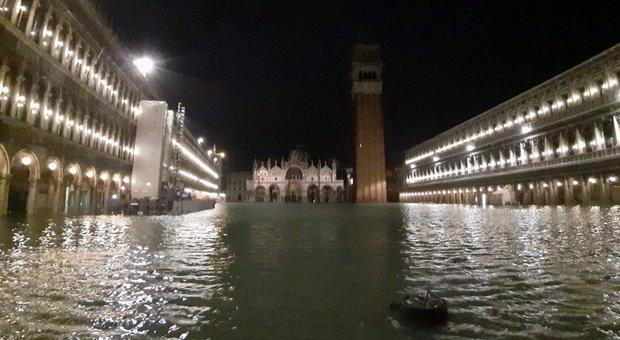 Venezia, la marea a 187 centimetri. Vento a 100 km/h. Sindaco: «Un disastro». Maltempo, morto un anziano a Bari