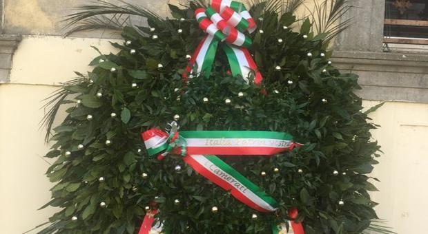 La corona di Forza Nuova sul monumento in ricordo dei morti nelle foibe ad Adria