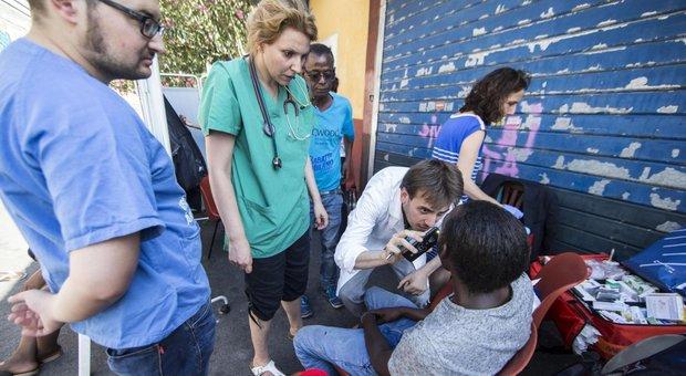 """Apre a Roma la prima """"farmacia di strada"""": aiuterà i più deboli ad avere accesso ai medicinali"""