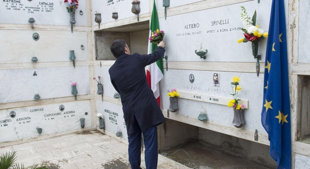 Renzi depone fiori sulla tomba di Altiero Spinelli