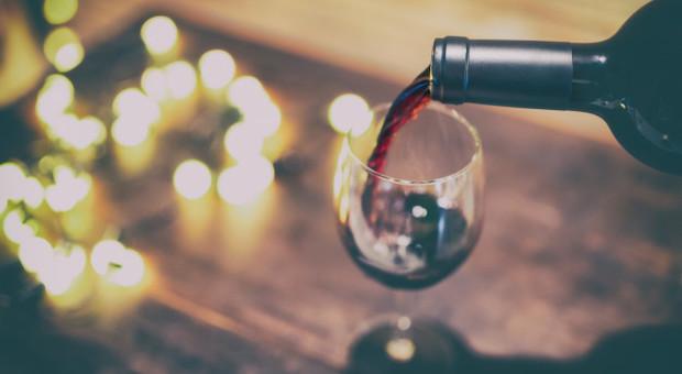 Ordina un vino rosso da 300 euro, il cameriere sbaglia e ne versa uno da cinquemila