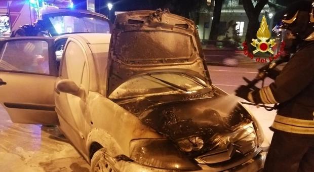 Auto a Gpl prende fuoco a Carmignano: fiamme spente, vettura distrutta
