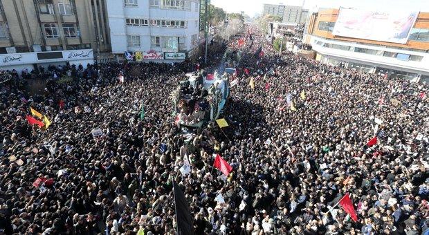 Iran, allerta Usa per attacchi con i droni. Khamenei: «Vendetta». Soleimani, 56 morti ai funerali nella calca