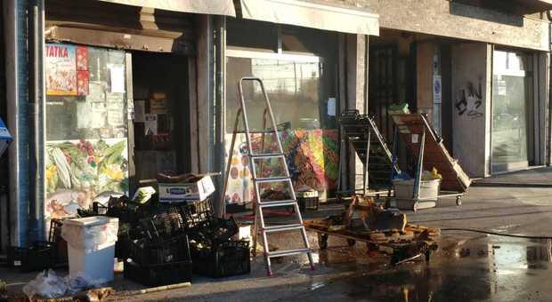 Incendio all'Arcella. Fiamme nel negozio al piano terra: palazzina evacuata all'alba