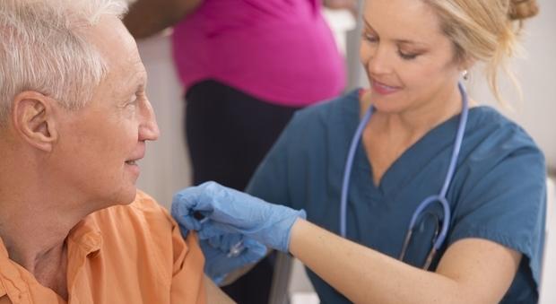 La polmonite causa 11 mila morti l'anno, prevenirli è possibile: vaccino gratis per gli over 65