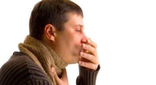 Inghilterra, starnuto trattenuto lacera la faringe di un uomo: ricoverato in ospedale