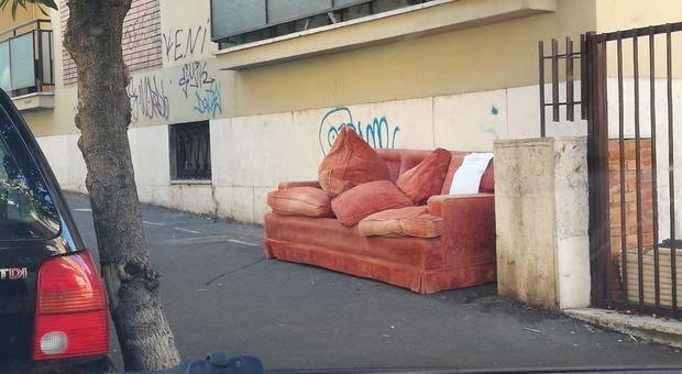 Roma, ancora incuria. Divano abbandonato a  Monteverde