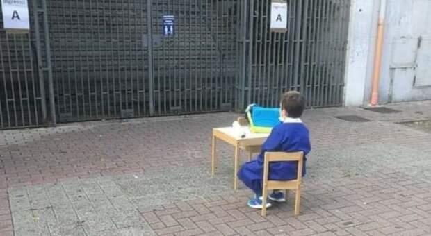 Scuole chiuse in Campania, la foto del bambino davanti all'ingresso fa il giro del web