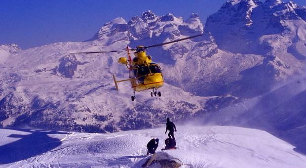 Maestro di sci muore cadendo dall'elicottero in volo: agganciato e trascinato nel vuoto