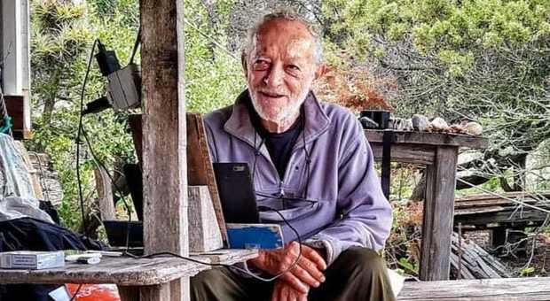 Mauro Morandi, 81 anni. Dal 1989 vive nell'isola di Budelli a nord-est della Sardegna