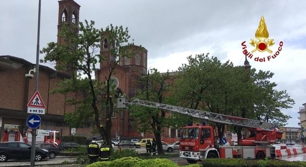 Croce di 40 chili crolla dal campanile durante la messa a Vicenza, fedeli indenni