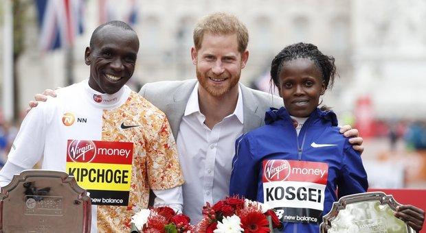 Meghan Markle ha partorito? Il principe Harry spunta all'improvviso alla maratona di Londra