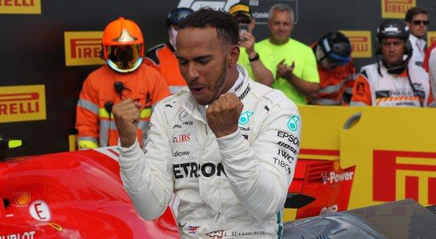 Hamilton esulta dopo la vittoria