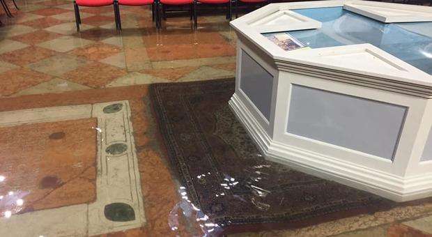 VENEZIA L'acqua alta del 12 novembre scorso ha danneggiato molte chiese