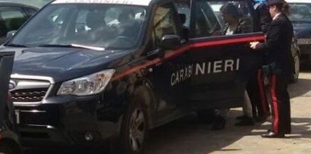 Sul posto i carabinieri chiamati dallo stesso aspirante suicida