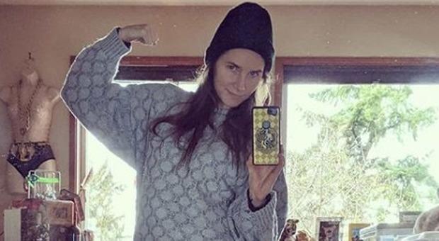 Amanda Knox posa con l'uniforme da detenuta a pochi giorni dalle nozze