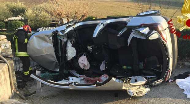 Auto si apre in due dopo l'urto contro un palo, uomo e donna morti sul colpo