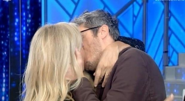 Mara Venier bacia Pif e lo boccia a Domenica In: «Sei proprio de legno...»