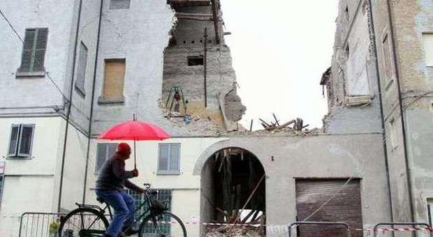 Un edificio parzialmente distrutto a Finale Emilia