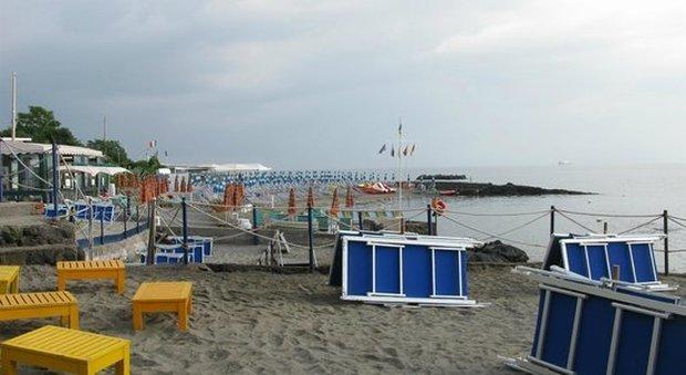 la spiaggia di Punta Molino, deserta dopo il recupero del cadavere in mare